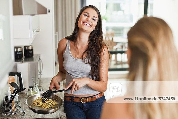 Nackte Frauen in Küchen