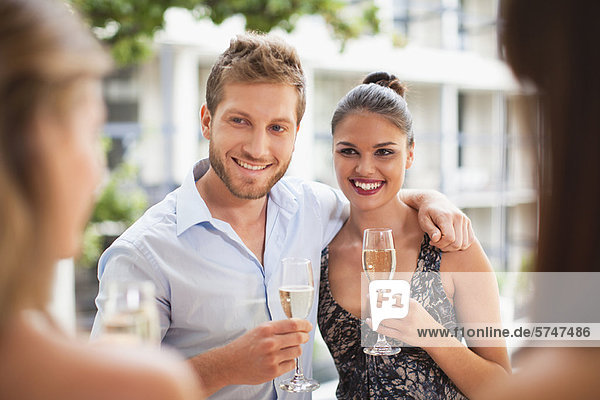 Ein Paar Champagner zusammen trinken