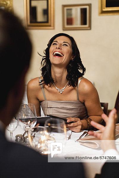Paar beim Abendessen im Restaurant
