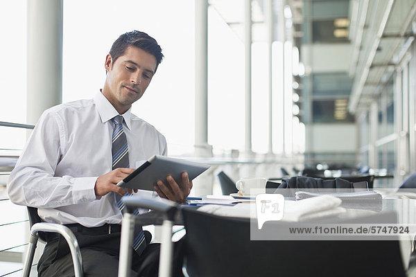 Geschäftsmann mit Tablet-Computer im Cafe