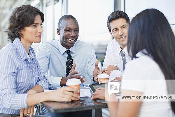 Geschäftsleute  die zusammen im Cafe arbeiten
