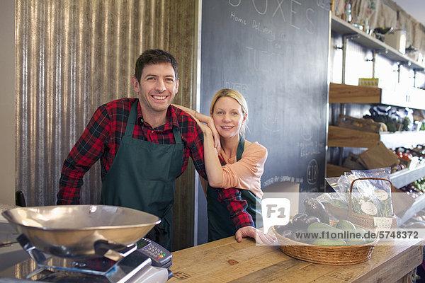 Lebensmittelhändler lächeln zusammen im Geschäft