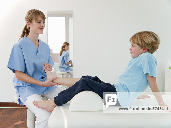 Arzt untersucht die Füße der Jungen im Büro 44has0033rf