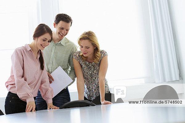 Geschäftsleute in Telefonkonferenz