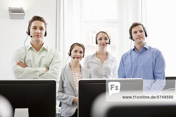 Geschäftsleute  die in Headsets arbeiten