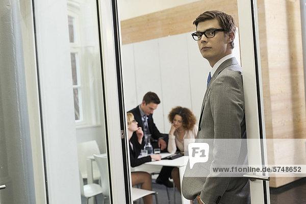Geschäftsmann in der Tür stehend