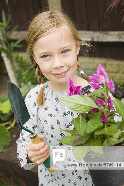 Außenaufnahme Blume lächeln Mädchen freie Natur anpflanzen