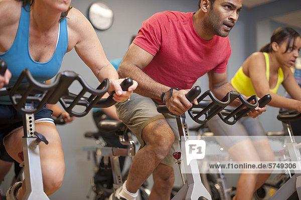 Menschen mit Spinnmaschinen im Fitnessstudio