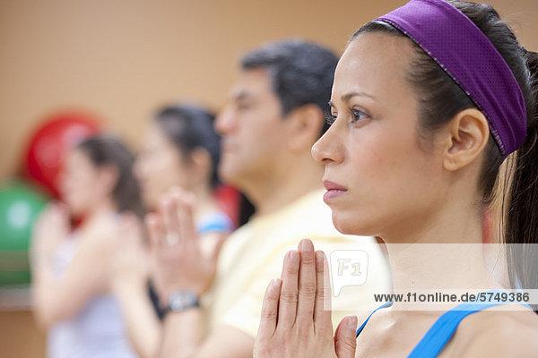 Yogapraktizierende im Studio