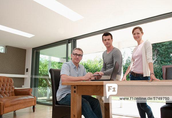 Drei Unternehmer im home-Office  Porträt