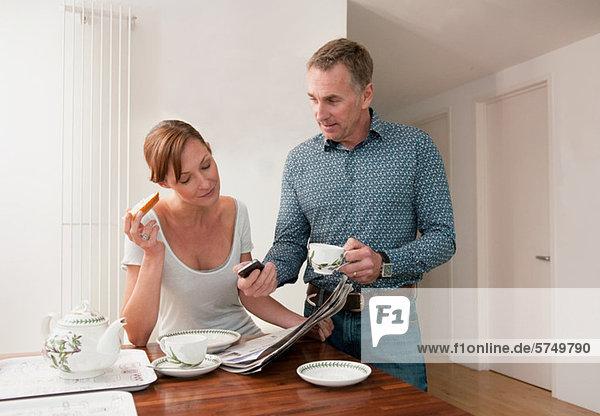 Paar am Tisch mit Tassen Tee
