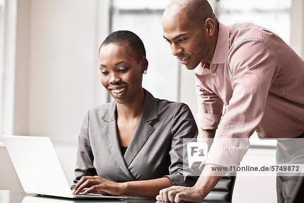 Zwei Geschäftskollegen mit Laptop