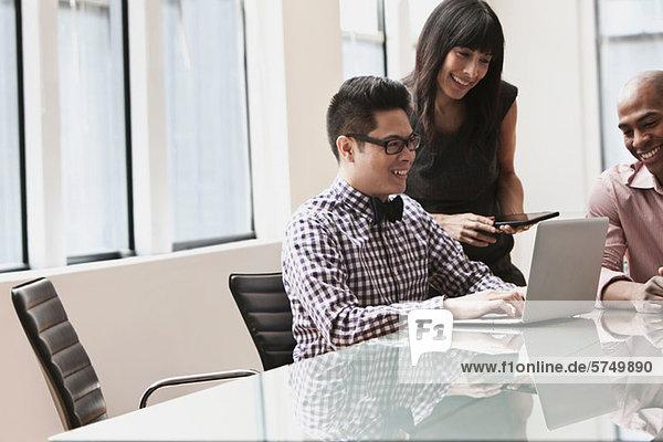 Drei Geschäftsleute im Meeting