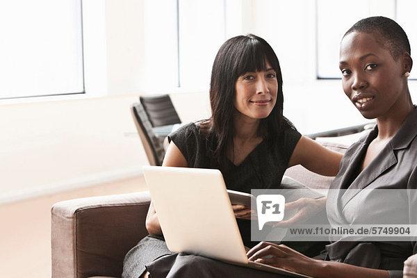 Geschäftsfrauen mit Laptop  Portrait