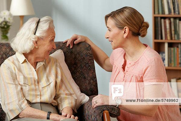 Tochter besucht ältere Mutter im Pflegeheim
