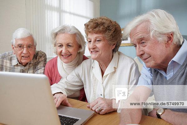 Senior Erwachsene mit Laptop