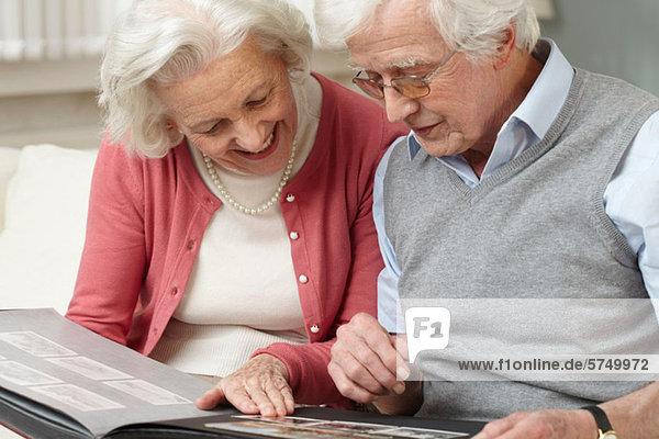 Senior Couple looking at Fotoalbum