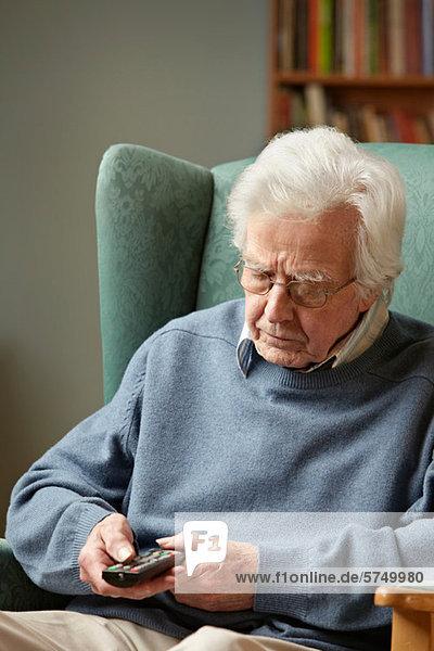 Senior Mann mit Fernbedienung