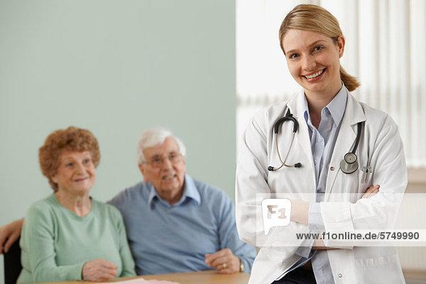 Seniorenpaar mit Ärztin  Portrait