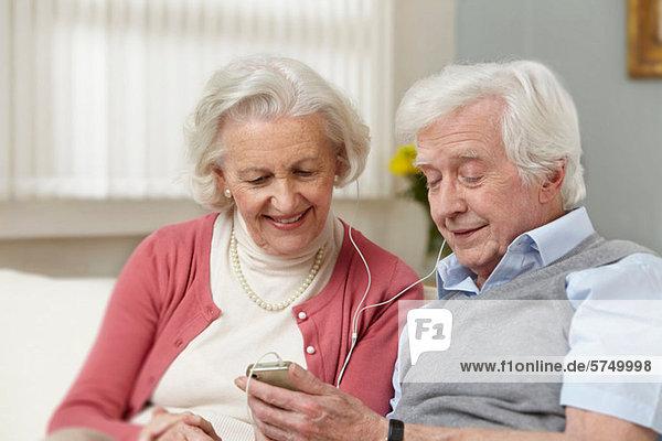 Seniorenpaar hört MP3-Player