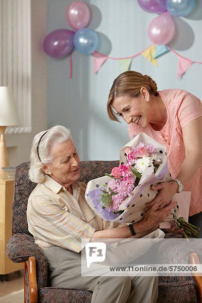 Senior Senioren Blumenstrauß Strauß geben Blume Tochter Mutter - Mensch
