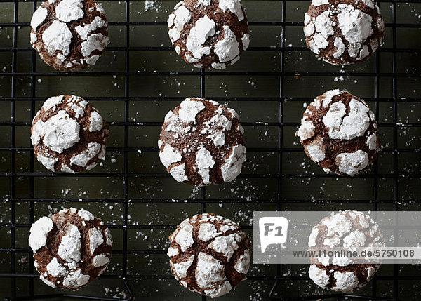 Schokoladenplätzchen kühlen auf dem Regal Schokoladenplätzchen kühlen auf dem Regal