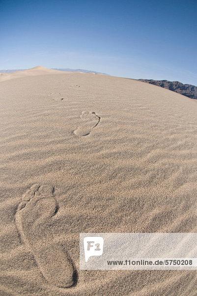 Fußspuren in der Sanddüne im Death Valley National Park  Kalifornien  USA