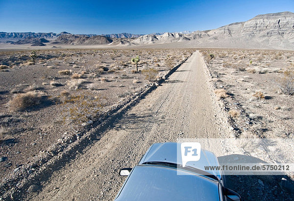 Auto auf der Wüstenstraße im Death Valley National Park  Kalifornien  USA