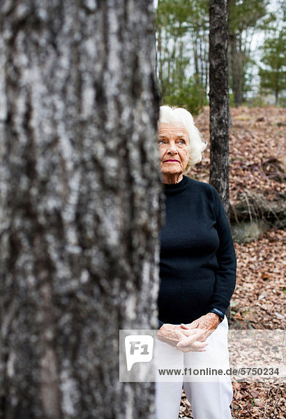 Portrait of senior Woman in Wald  Hände verschränkt