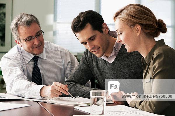 Finanzberatertreffen mit jungem Paar