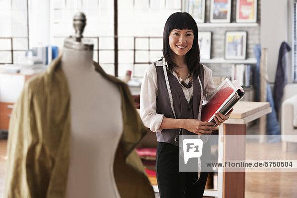 Porträt der Modedesignerin im studio