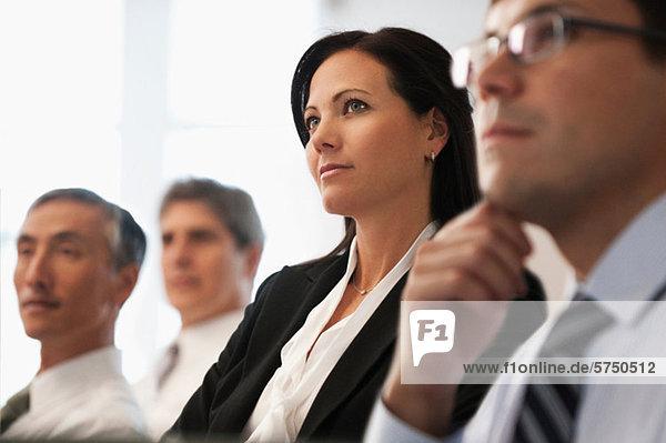 Geschäftskollegen  die im Büro sitzen