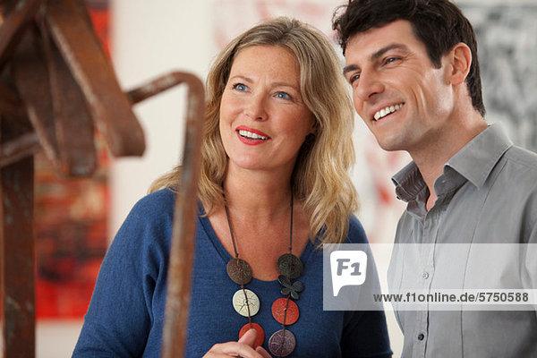 Mitte adult Couple looking at Skulptur in Kunst-Galerie