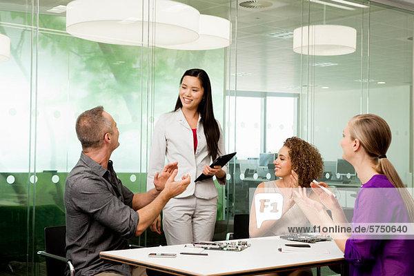 Schreibtisch Technologie Diskussion Büro Kollege neu
