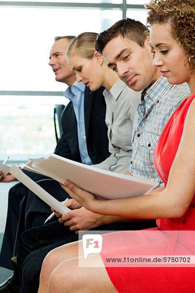Büro Kollege Dokument vorlesen