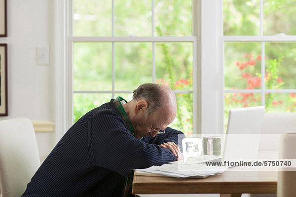 Senior Man blickte auf Tabelle