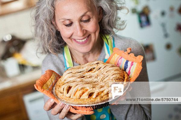 Senior Woman holding frisch gebackene Torte