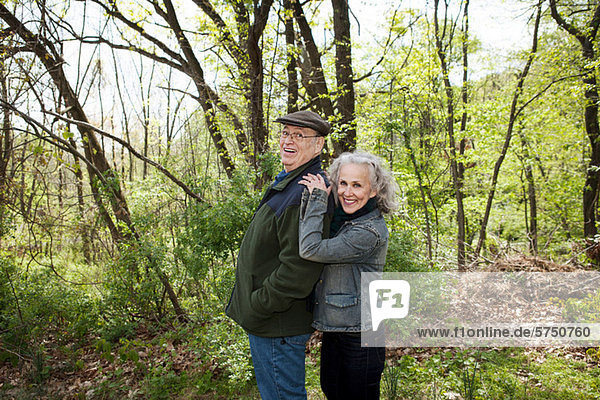 Senior Couple standing together in Wald  Porträt
