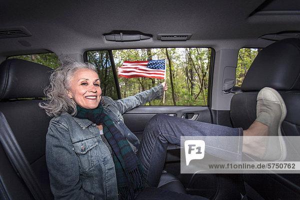 Senior Woman relaxing in Rücksitz des Autos  Porträt