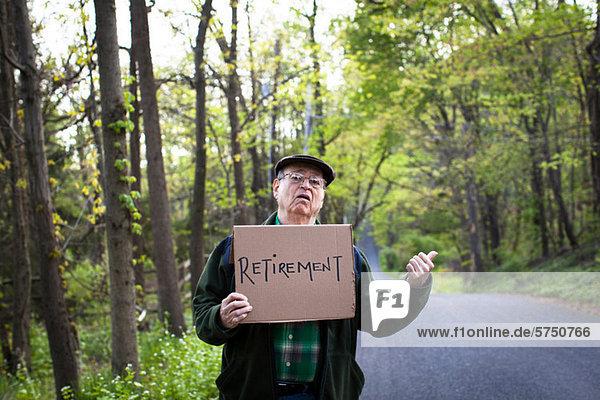 Senior Man Schild im Wald  Porträt