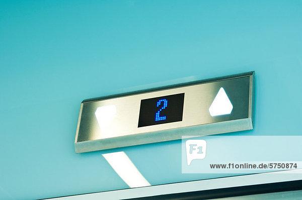 Aufzug im modernen Bürogebäude