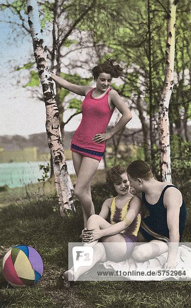 Historische Aufnahme von einem Mann und zwei Frauen an einem See
