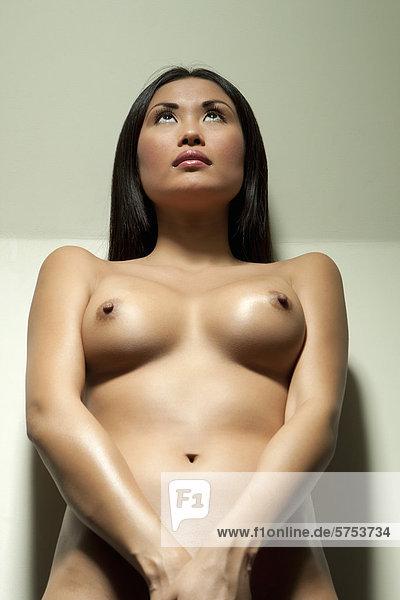 Nackte Frau Auf Ihr Becken Stock Fotografie Bildagentur F Online