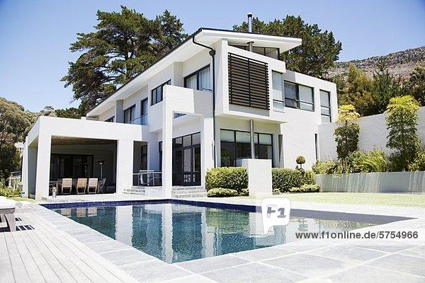 Schwimmbad,modernes Zuhause pe0082627 - Ojo Images - Lizenzfreies ...
