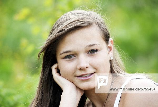 14jähriges  lächelndes Mädchen  Portrait