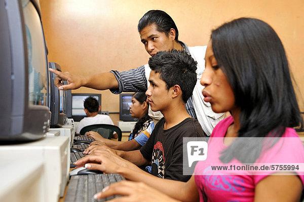 Informatikunterricht  Schule Escuela Ceiba  Armenviertel Lomas de Santa Faz  Guatemala Stadt  Guatemala  Mittelamerika