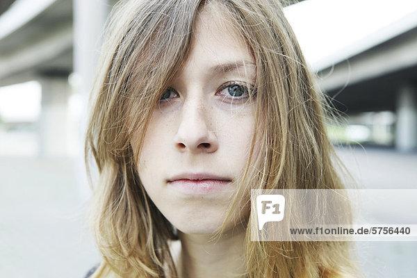 Junge Frau  Porträt in urbaner Umgebung