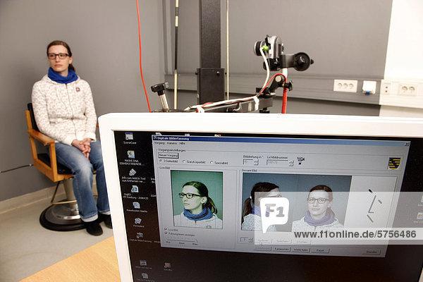 Erkennungsdienstliche Behandlung einer verdächtigen Person bei der Polizei  Anfertigen von Personenfotos  Kriminalpolizei  Deutschland  Europa