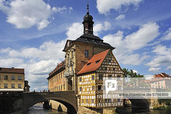 Das Alte Rathaus  zwischen 1461 und 1467 in der heutigen Form in die Regnitz gebaut  rechts und links die Obere Brücke  Obere Brücke 1  Bamberg  Oberfranken  Bayern  Deutschland  Europa