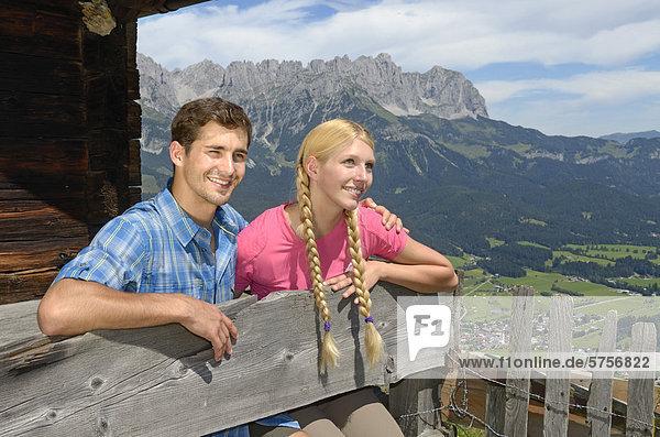 Wanderer bei Rast auf der Lederer Alm  Hartkaiser  Blick auf Wilder Kaiser  Tirol  Österreich  Europa